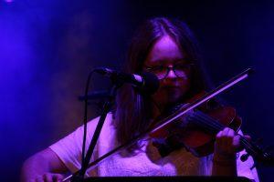 jeune violoniste derrière un micro