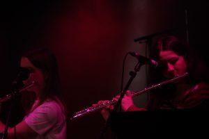 deux jeunes flûtistes sur scène
